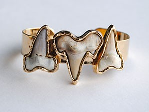 THREE SHARK TEETH INFINITY CUFF